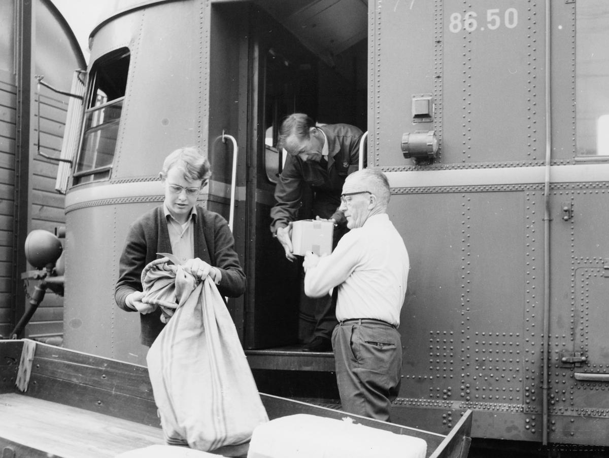 transport, tog, eksteriør, Kongsberg-Rødberg, postsekk, pakke, tre menn
