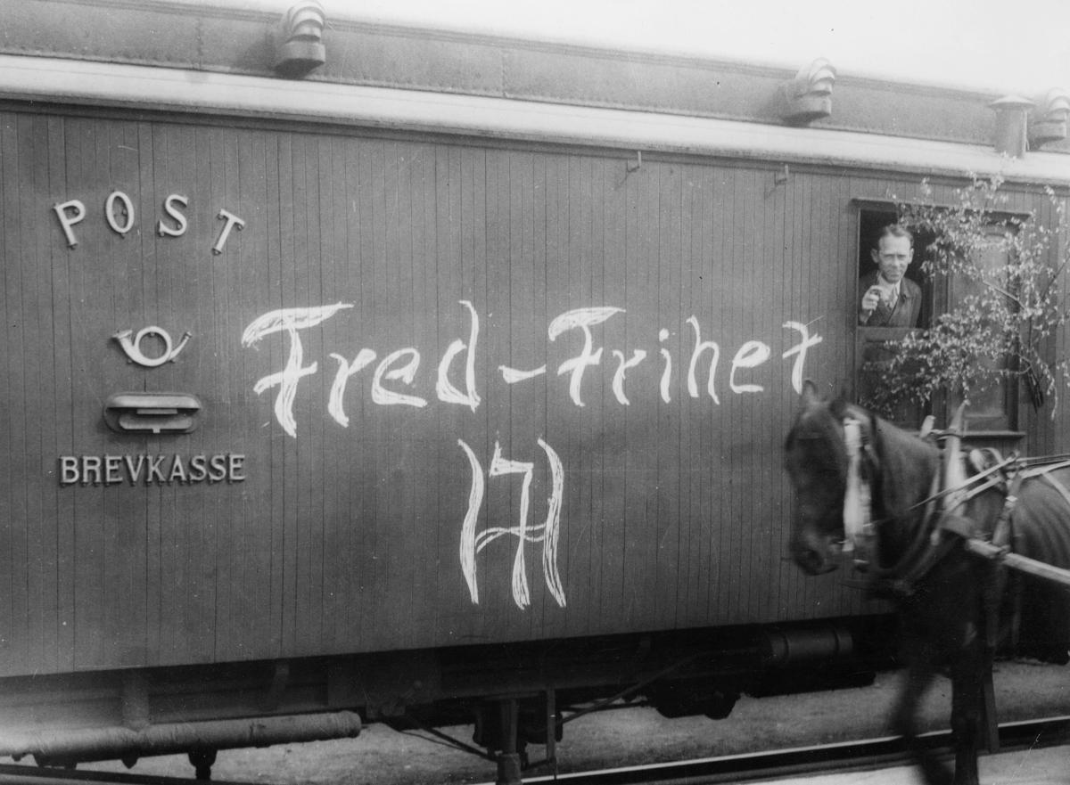 transport, tog, Drammen, postvogn, postkasse, postemblem, hest, mann, frigjøringsdagen, postekspeditør, Anders Næss Hansen
