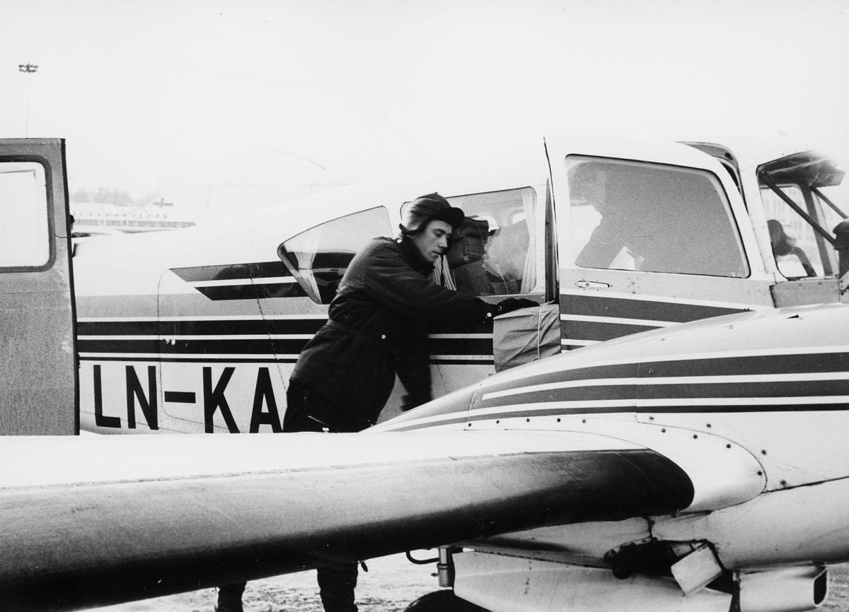 transport, fly, Oslo Lufthavn, LN - KA, på bakken, mann