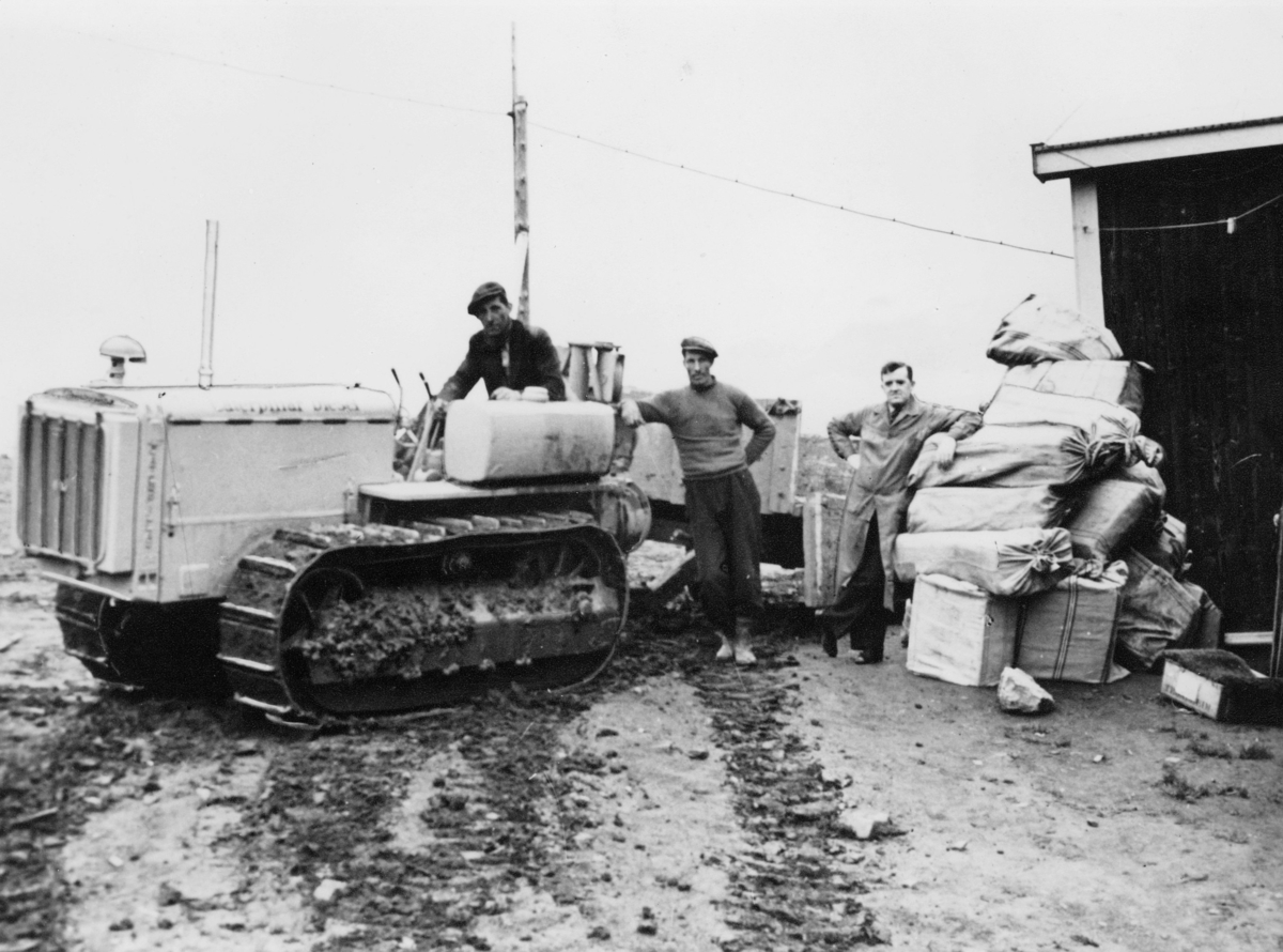 transport, Longyearbyen, traktor, postsekker, postpakker, tre menn
