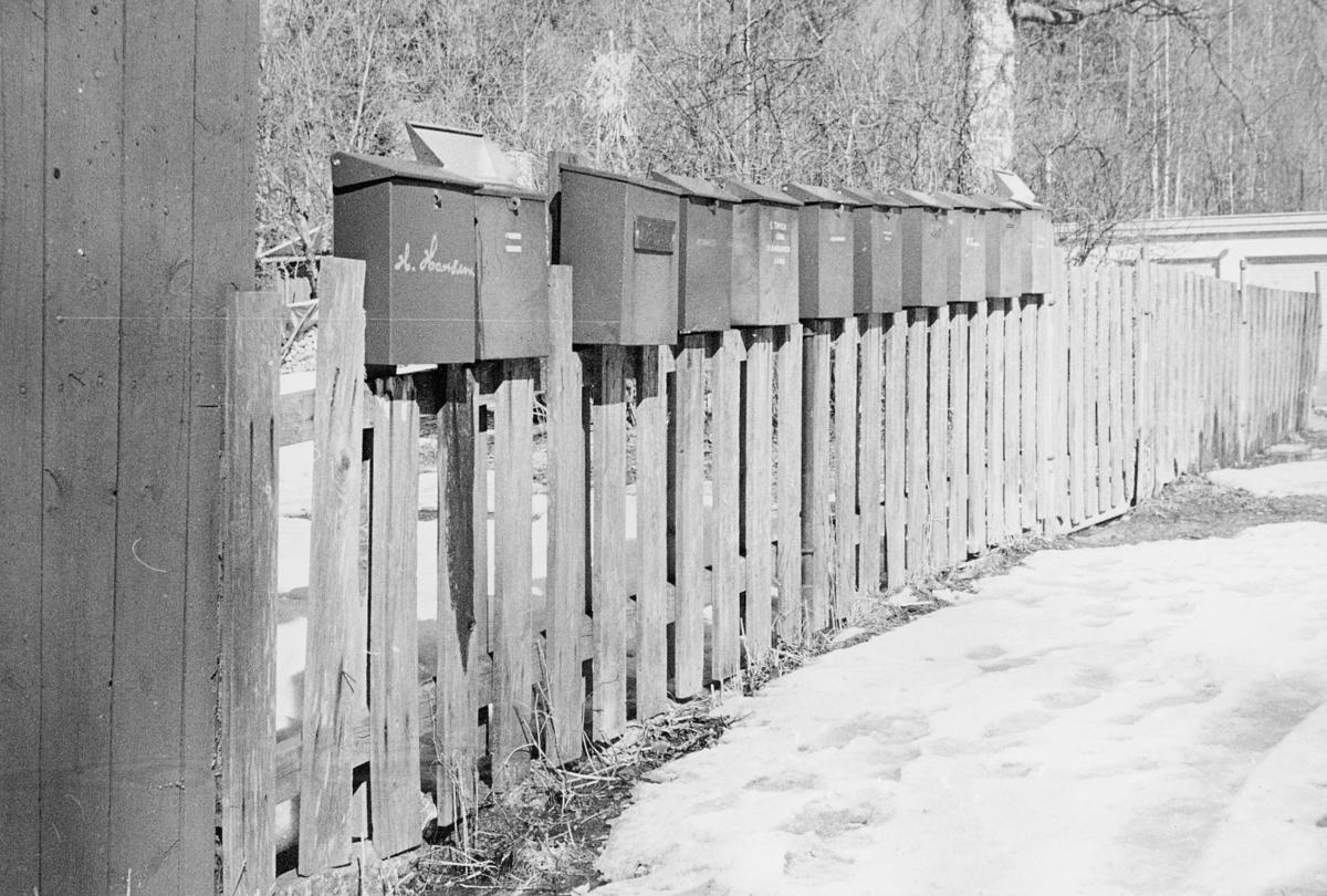 postkasser, private, på et gjerde, Rustadsaga i Oslo, snø på bakken, eksteriør