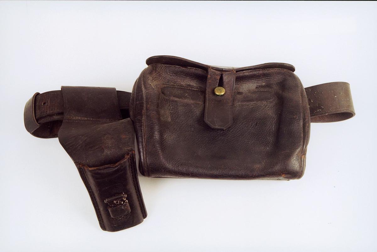 Bandolær med patrontaske og geheng for postmannsdolk. Patrontaskens størrelse: 21x16 cm.