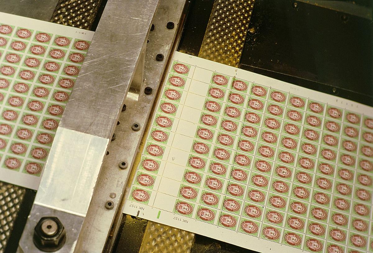 frimerketrykking, Norges bank Seddeltrykkeriet, rotasjonspresse, Goebel frimerkerotasjon, frimerker i produksjon, maskinens øvre del, perforatør, perforerer frimerkearkene, frimerkeark uten og med perforering, nærbilde