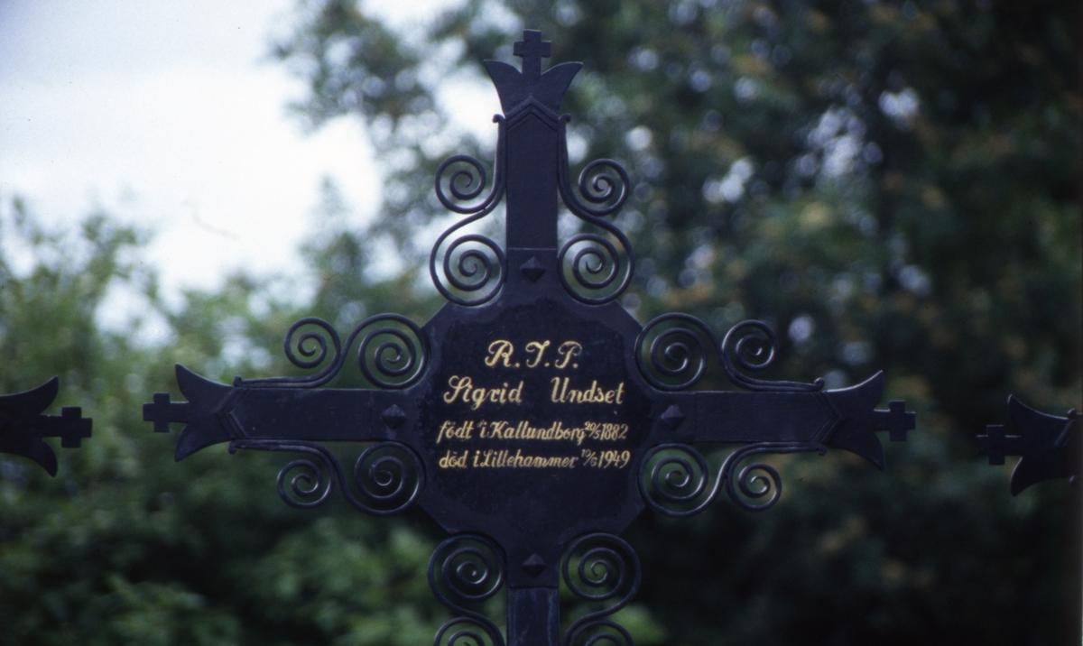 DOK:1995, Mesnali kirkegåtd, gravsted, kors,