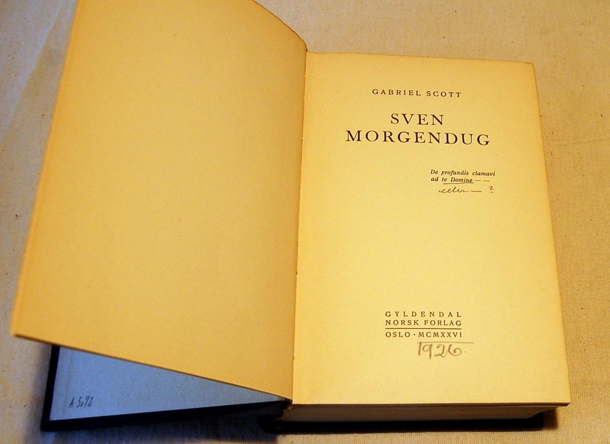 Filosofen Peter Wessel Zapffe og hans kone Berit testamenterte sin eiendom på Båstad i Asker til Universitetet i Oslo. Da det ble besluttet å selge eiendommen i 2009 ble deler av P.W. Zapffes arbeidsrom og andre eiendeler overlatt til Asker Museum. Denne samlingen inngår nå som en permanent utstilling på museet. Bokens omslag er blått med røde streker langs kanten og gullbokstaver