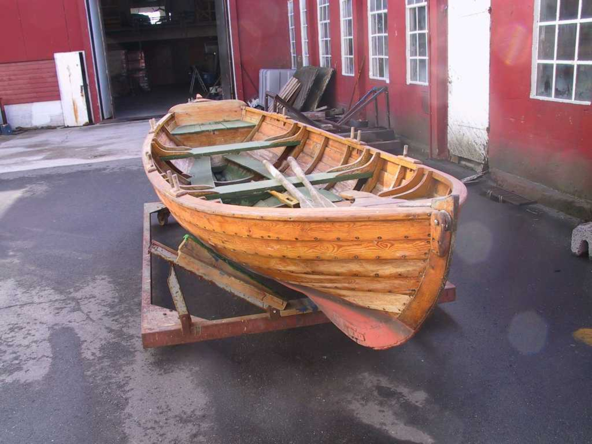 Skjekte, klinkbygd, bygget for seiling. 3 par tollepinner for årer. Utstyrt med relativt stort råseil (luggerseil) og ballast (to av tiljene var laget av sement). Langsgående setebenker midtskips nær bunnen.