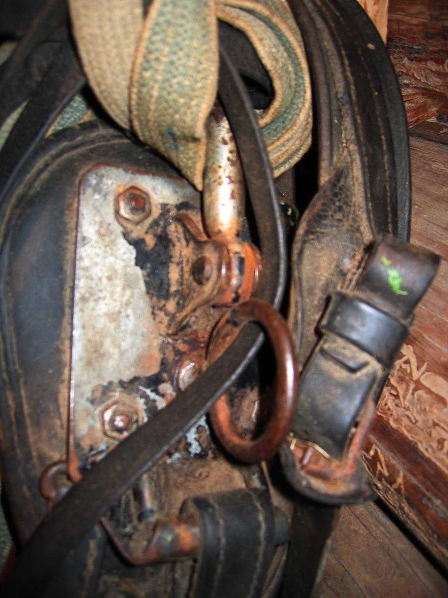Komplett arbeidssele med hodelag, bogtre og høvre og tømmer. Seleputen registrert under eget nummer (AHB.02732) Hodetlaget er pyntet med rosetter av lær. Høvre av stål med beslag av galvanisert blikk.