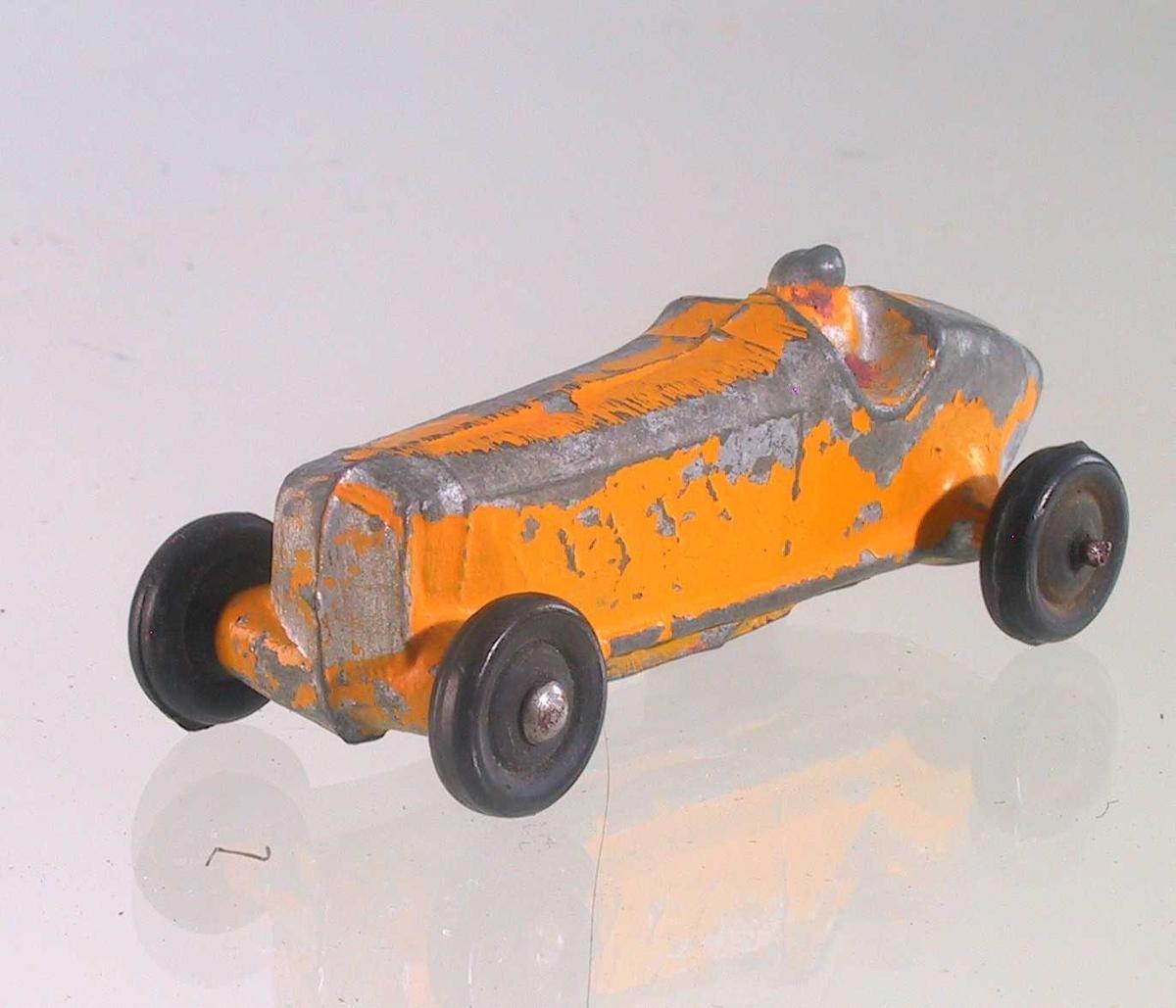 Form: Liten racer-bil med bilfører støpt i ett.