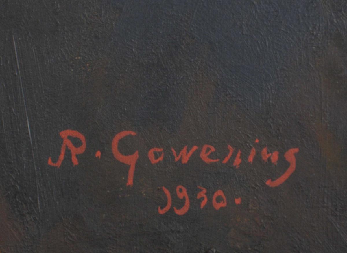 Sittende ung kvinne, halvt v. vendt med hodet en face, blå sekkekjole med V-formet utringning med hvitt, 2 raders halskjede. Lyst rødblondt hår, kortklipt. Litt av rødbrun stol sees th. Bakgrunn i bruntoner.