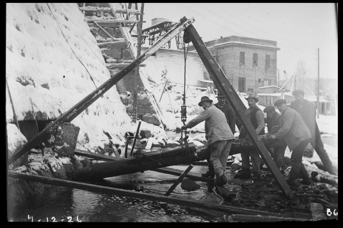 Arendal Fossekompani i begynnelsen av 1900-tallet CD merket 0468, Bilde: 61 Sted: Flaten Beskrivelse: Arbeidslag ved stubbebryter