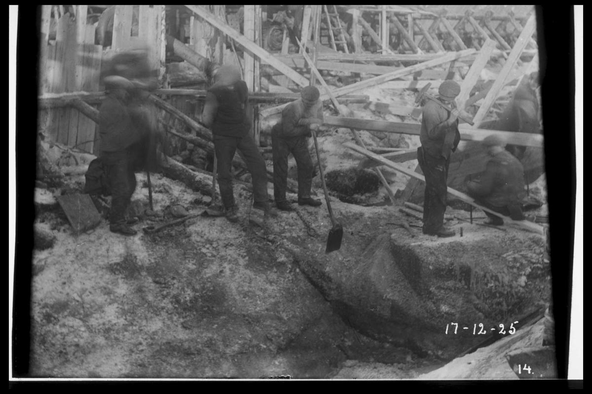 Arendal Fossekompani i begynnelsen av 1900-tallet CD merket 0470, Bilde: 9 Sted: Flaten Beskrivelse: Arbeid innenfor fangdammen