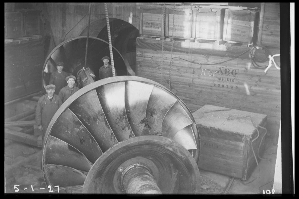Arendal Fossekompani i begynnelsen av 1900-tallet CD merket 0470, Bilde: 58 Sted: Flaten Beskrivelse: Turbinaksel med løpehjul