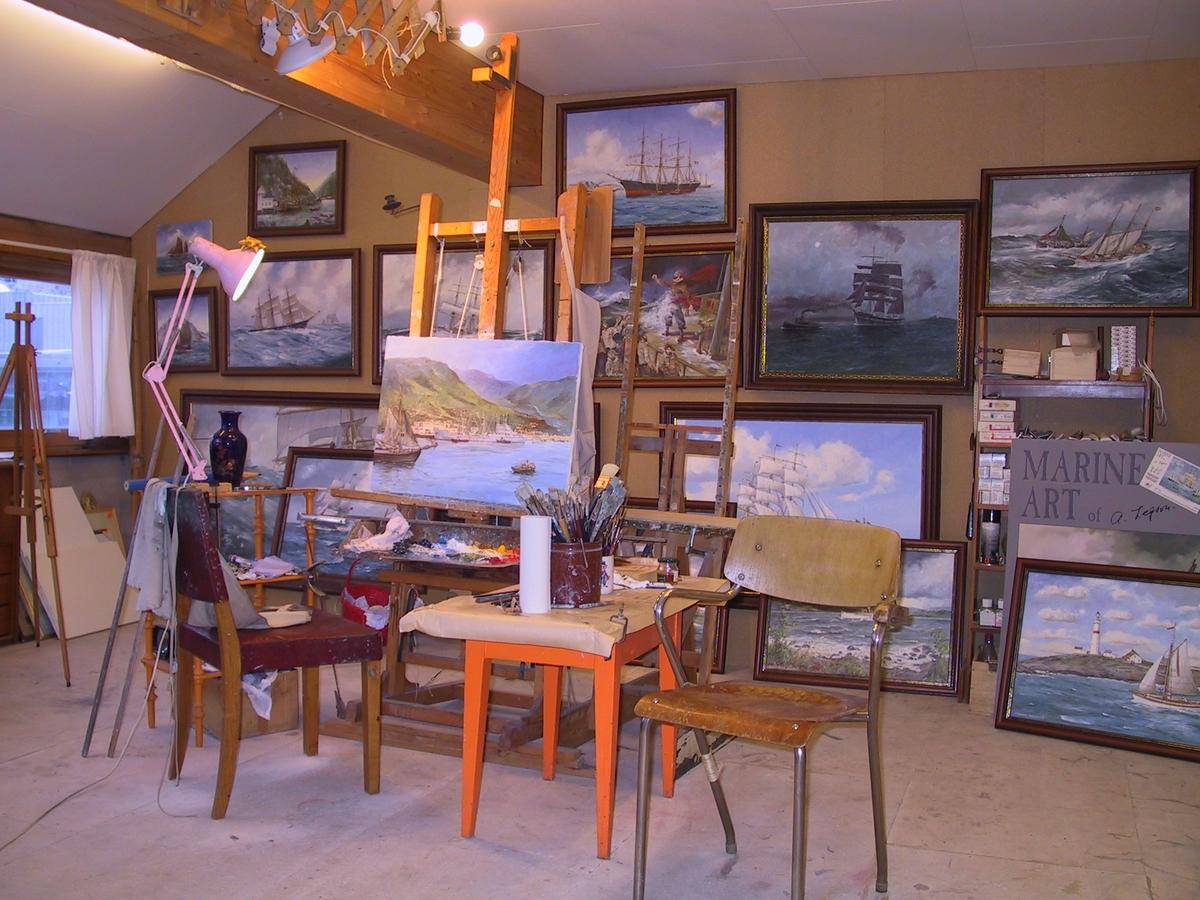 Marinemaler Ant Lepsons atelier i Beislandgården i Arendal sentrum. Bildet er tatt før Lepson hadde utstilling på Aust-Agder-Museet.