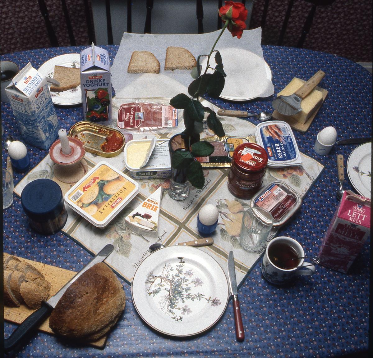 Frokostbord med matvareemballasje.