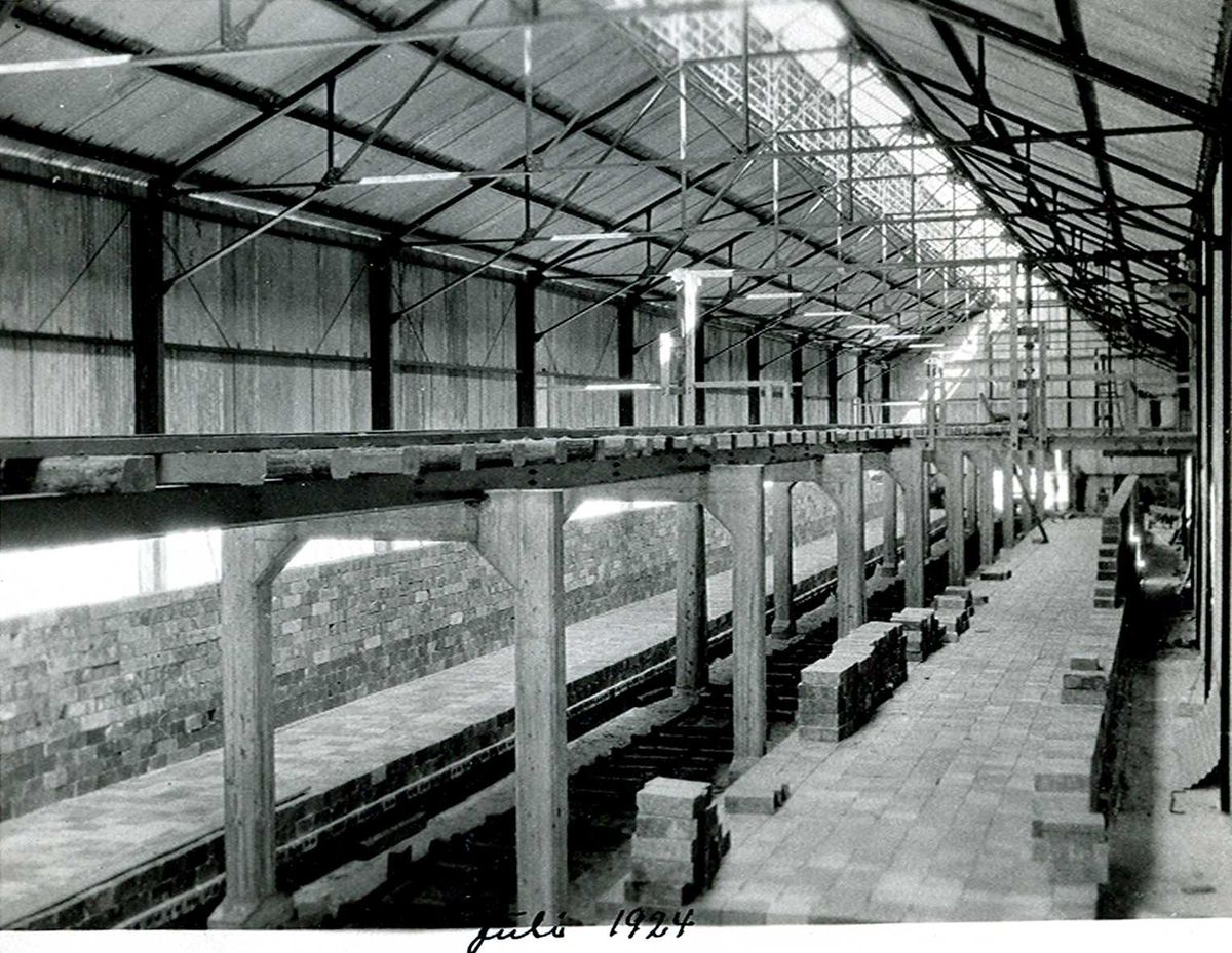 """""""xx/07-1924"""" Nitriden. Bygning for steking av elektrodekull. Her sees bærende konstruksjoner for skinnegang for intern transport med traller trukket av dieseldrevet lokomotiv."""