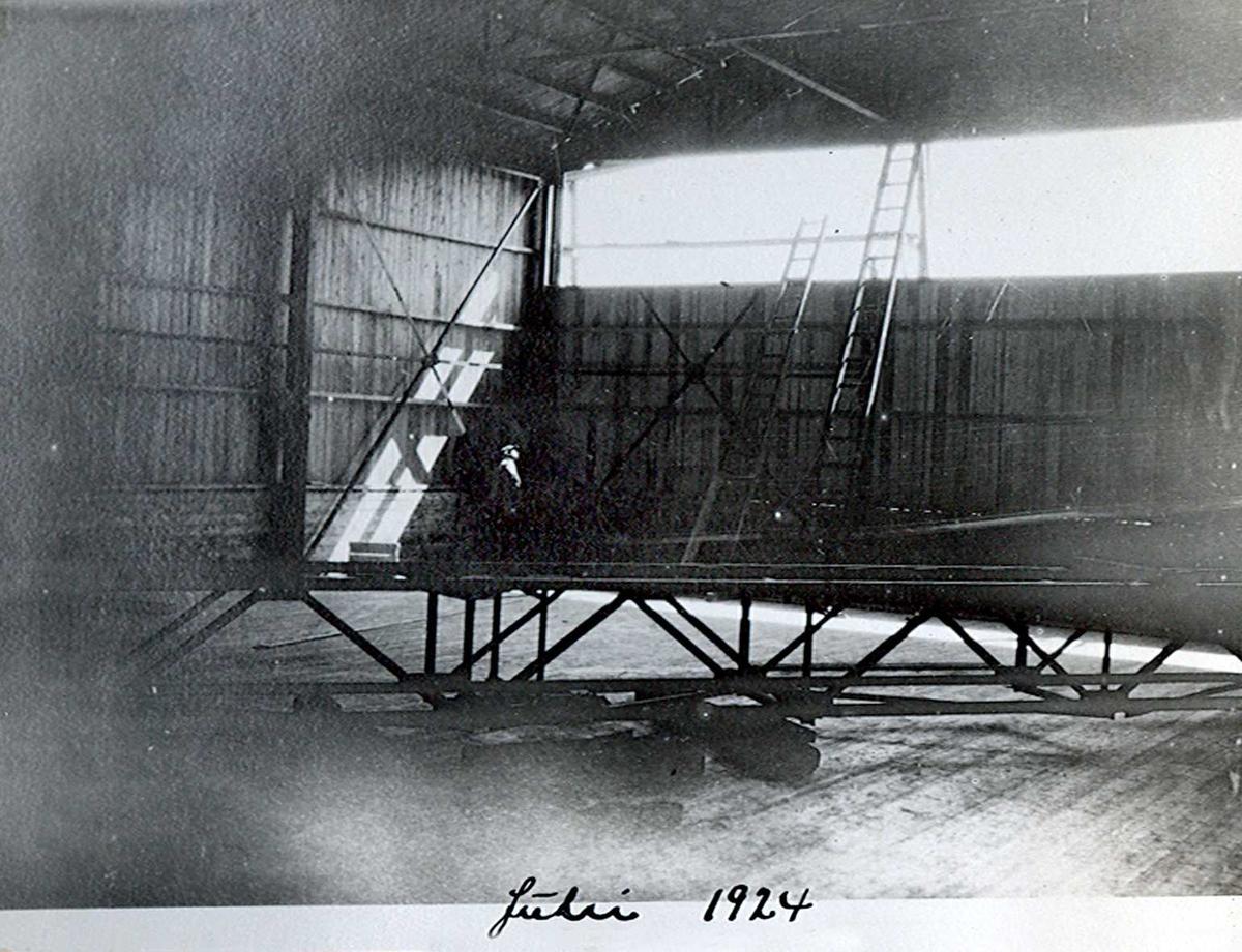 """""""xx/07-1924"""" Nitriden. I huset kalt """"melbua"""". Lager for bauxitt. Transportbelte for transport av sekker med bauxitt inn fra kai og kraner."""