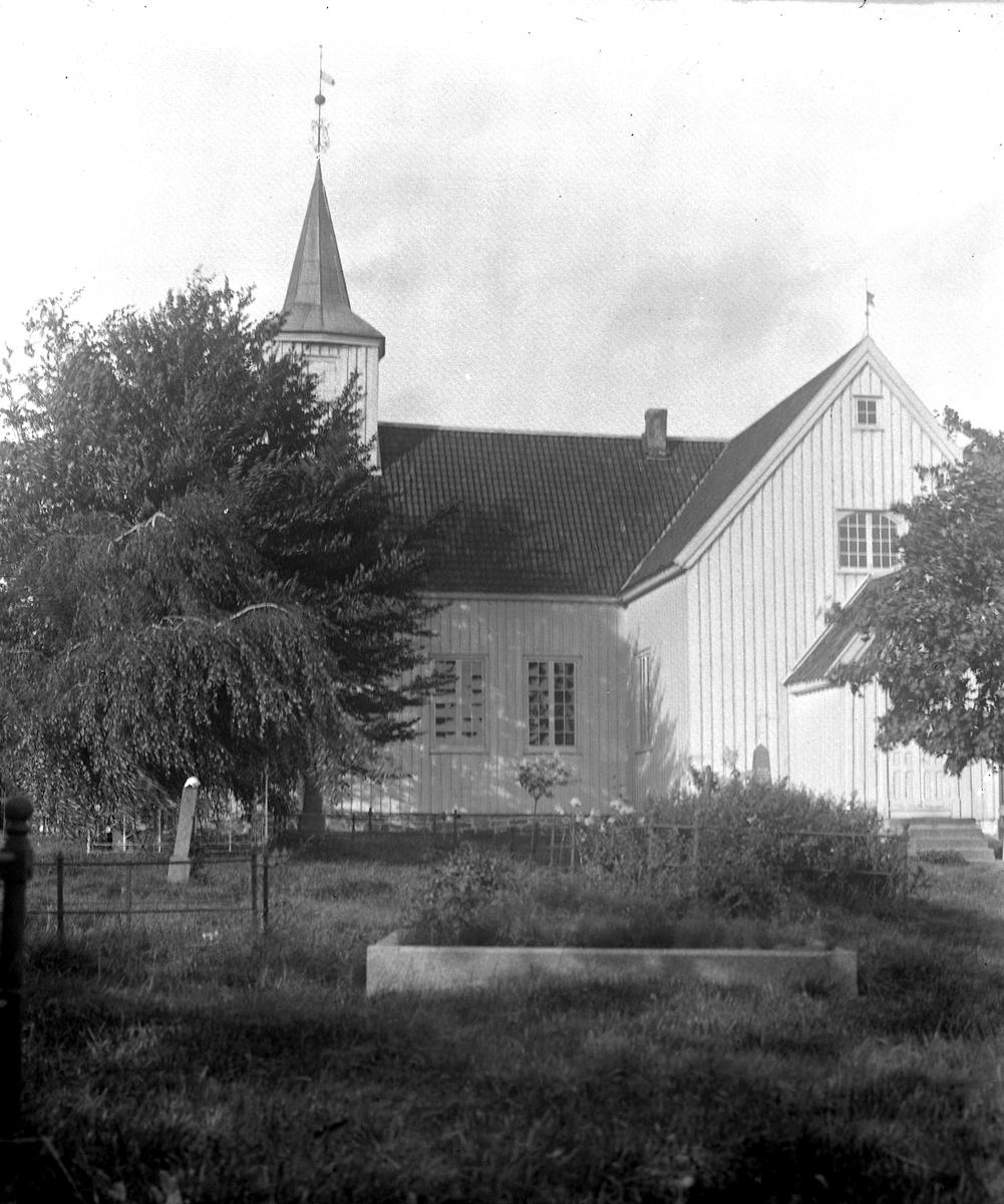 Landvik kirke sett fra vest