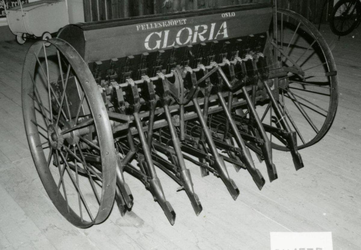 Jernhjul med runde eiker. Ramme av vinkelljern bærer såkassa, som er av blikkplater. Gressfrøsåkasse av tre, montert nederst foran. 13 sålabber, anbragt i to rader. Teleskoprør. Trepunktsoppheng.