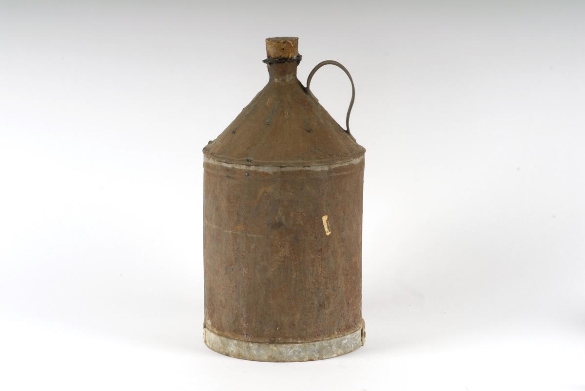 Form: Sylinderisk, toppen har traktform Kannen har hank av blikk og lokk av kork, tom. Trolig laget av en omstreifer.
