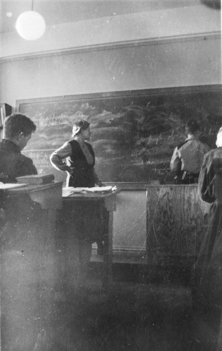 Klara Kiserud underviser i tysk. Ved tavla Bjørn Linnestad.