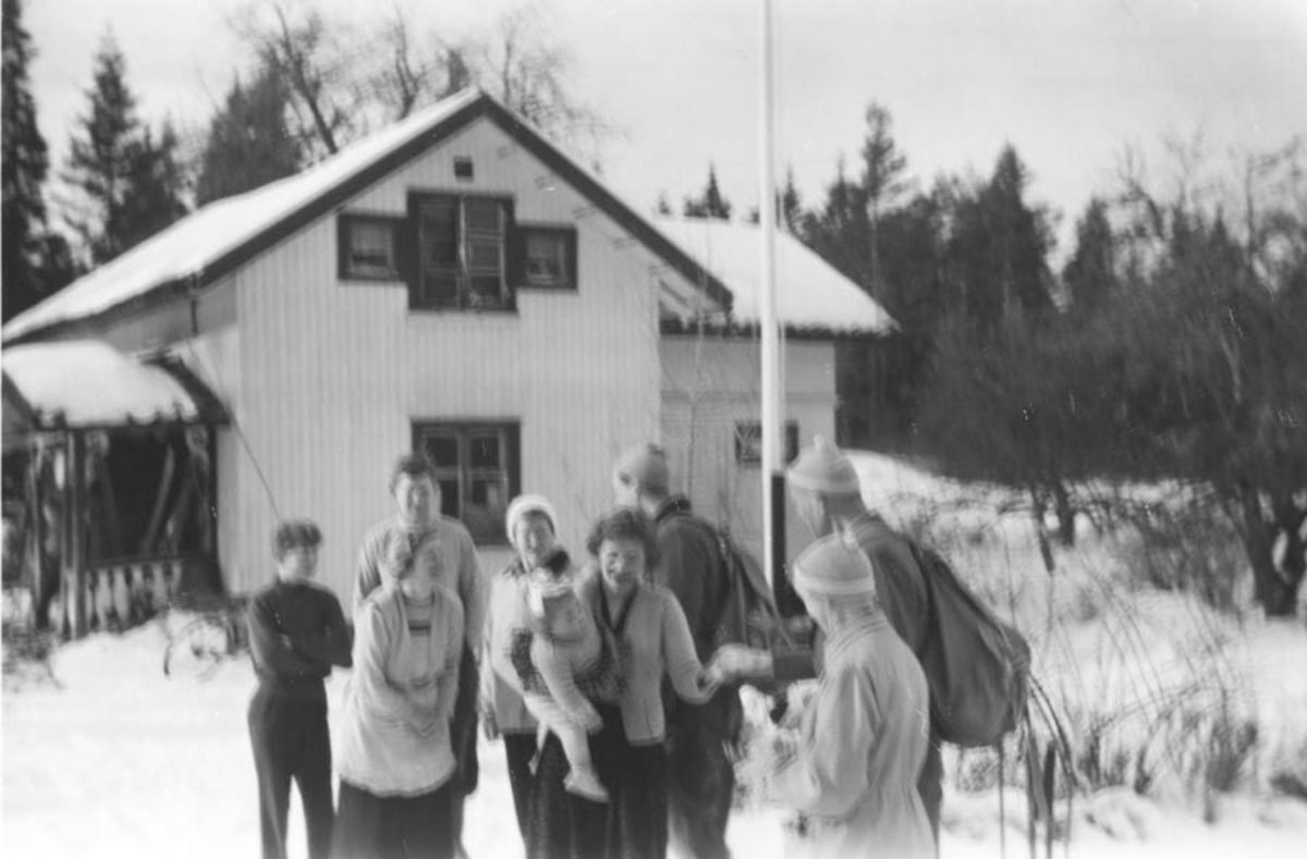 Familiene Øyen, Fjøsne, Agdestein og Lindeman ute på tunet.