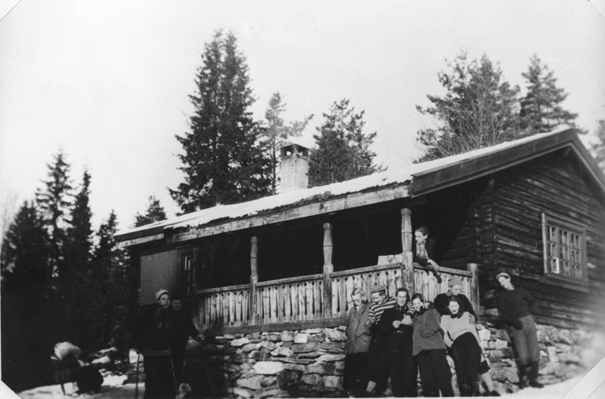 Jon Ødegård, Tor Flakstad og Helge Dammen utenfor en hytte