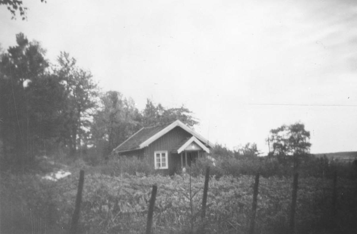 Et lite hus i skogkanten mellom Tømt og Myrbråten.