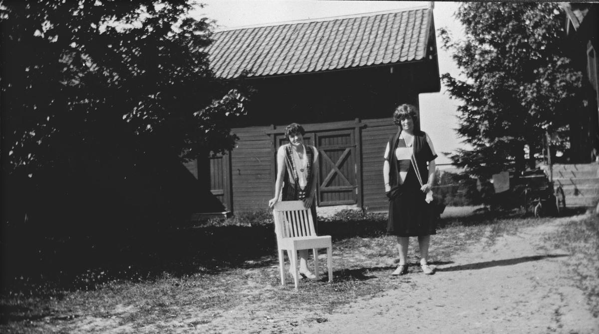 Soleglad. 2 kvinner i haven