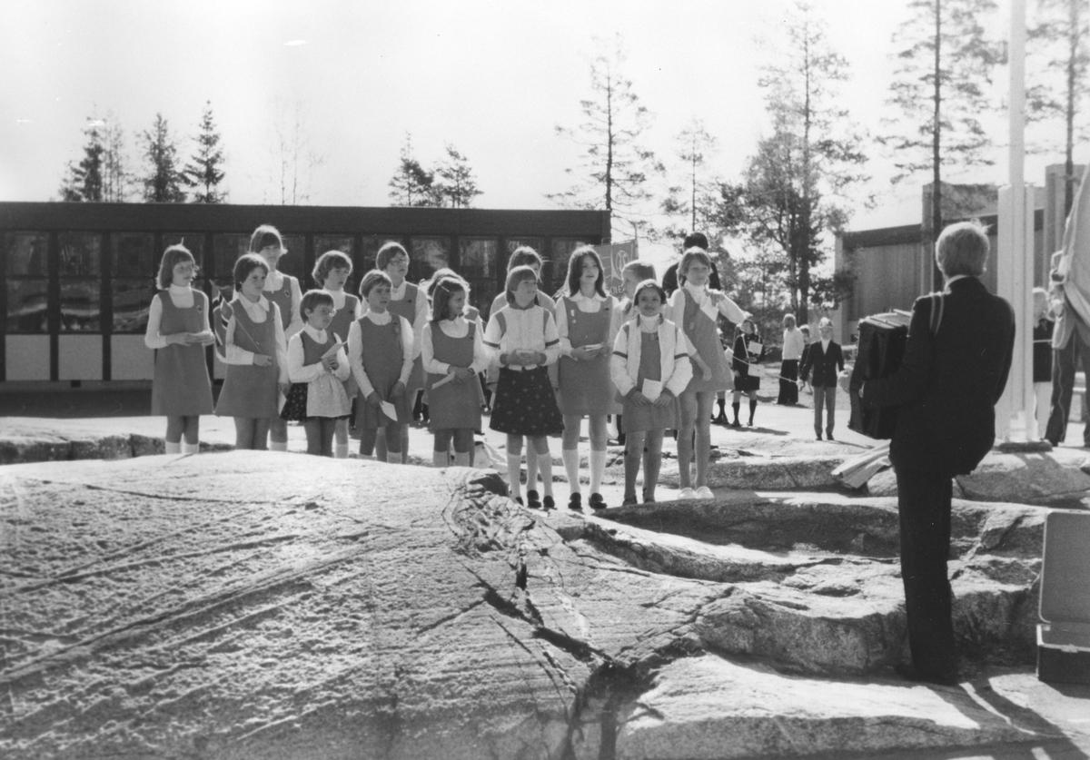 Sofiemyr pikekor, synger ved 17. mai samlingen om morgenen.