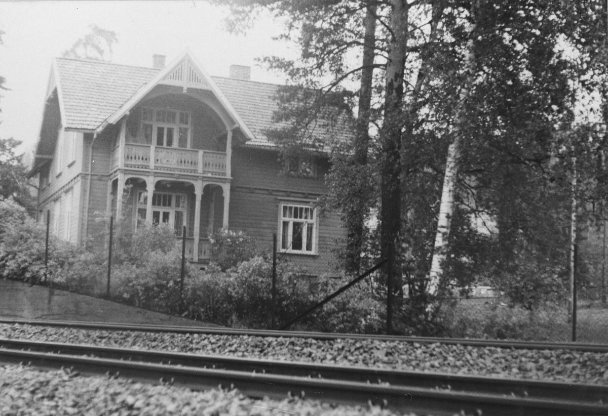 Parti fra Kolbotn, stort bolighus ved jernbanen