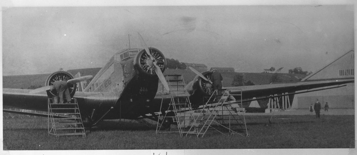 En JU-52 som blir ettersett på Kjeller flyplass.