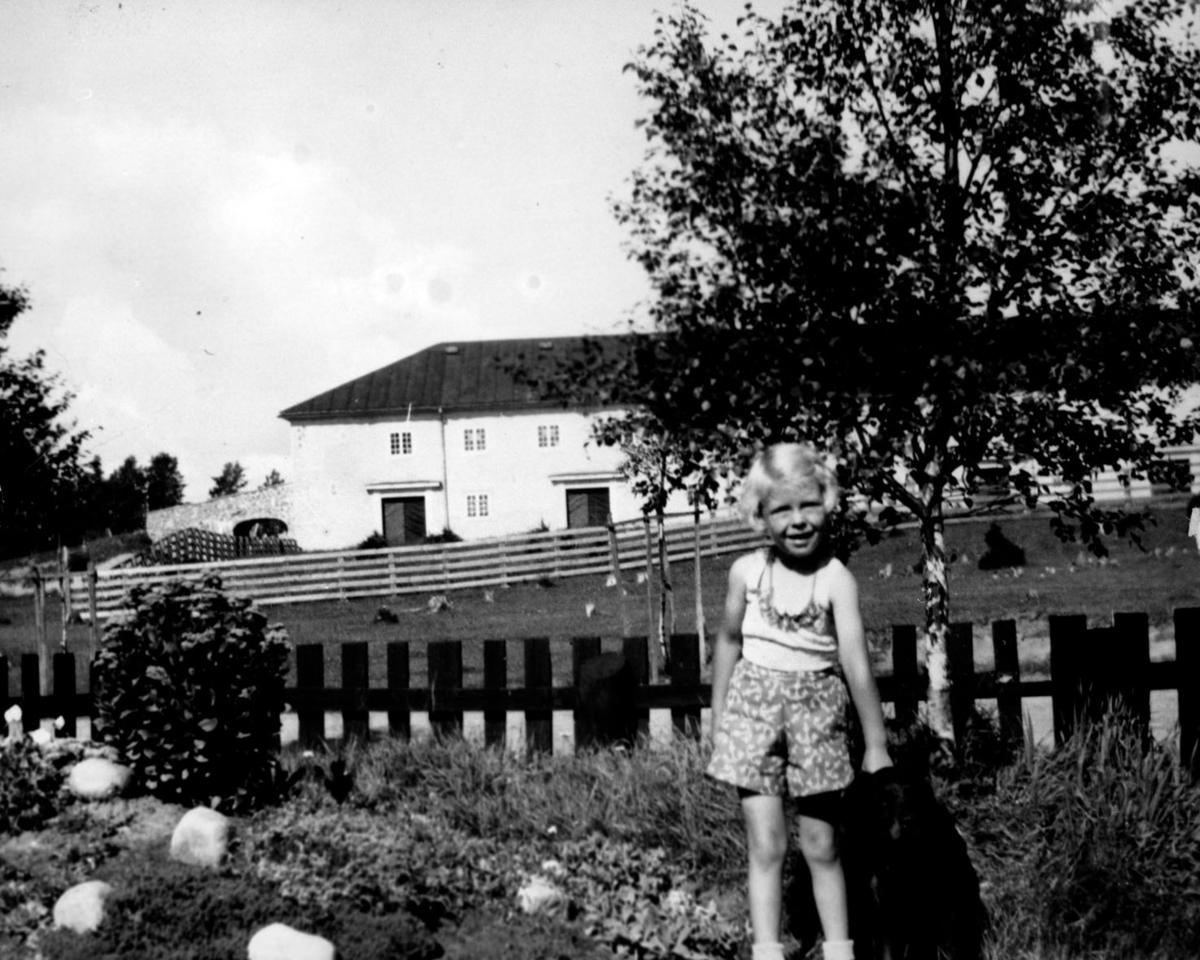 Else Sjøvåg(Før Lillemor Dahl)i hagen på Garderm.