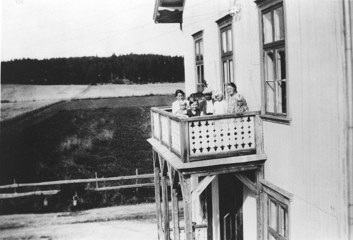 Samling personer på en veranda.