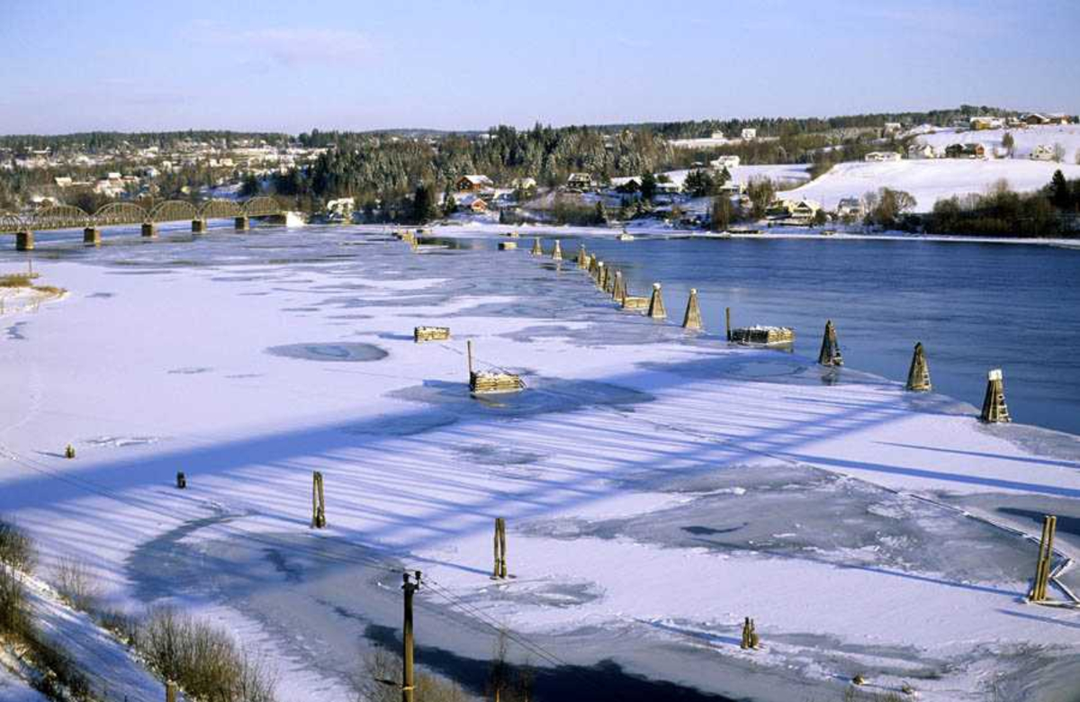 Anlegg i vann ved Fetsund Lenser. Vinterstid med is på Glomma