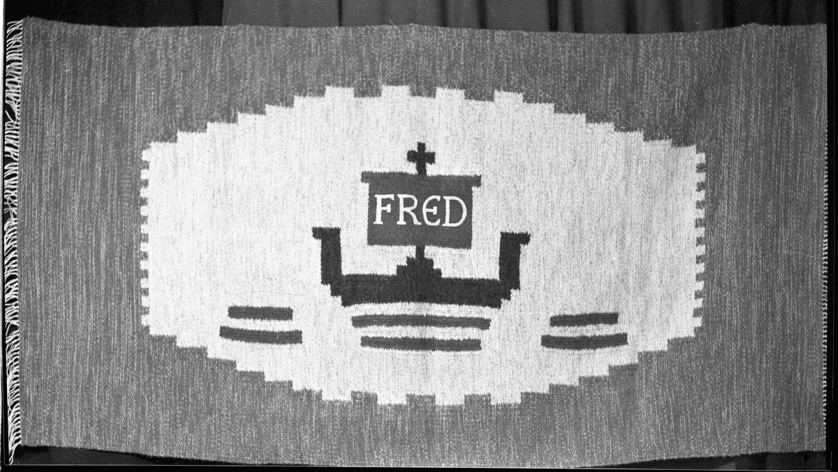 """Teppe med innbrodert """"FRED""""."""