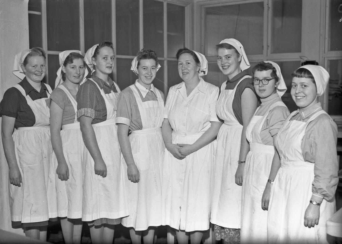 Jenter i uniformer for matlaging.
