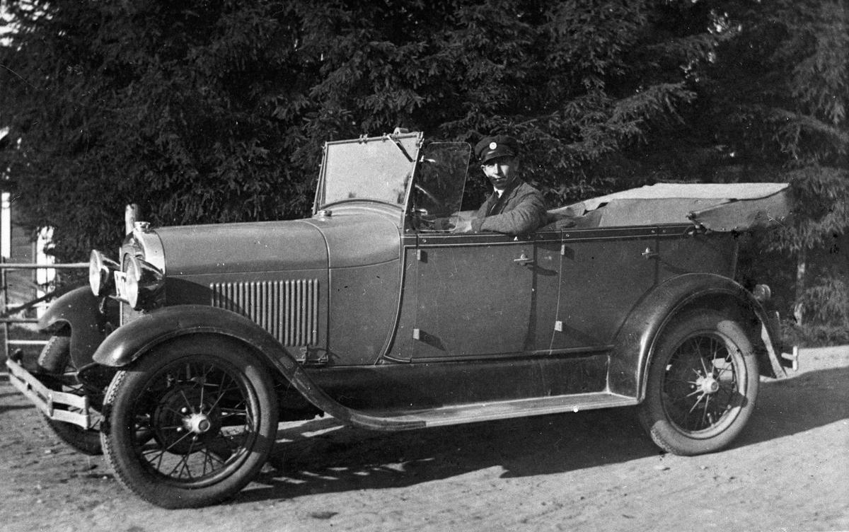 Erling Marud Løvås i førkrigs bilmodell.
