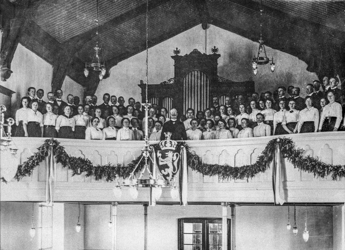 Dette koret sang Jubileumskantaten i Eidsvoll Kirke 17. mai 1914. Dirigenten Hans Nielsen Johnsrud foran i midten. Koret var satt sammen for feiringen i 1914. Det besto av koret Ljom, Dal sangforening og Eidsvoll korforening. De hadde noen opptredener i løpet av 1914. Kilde: S Flyen 1914-40 s. 22.