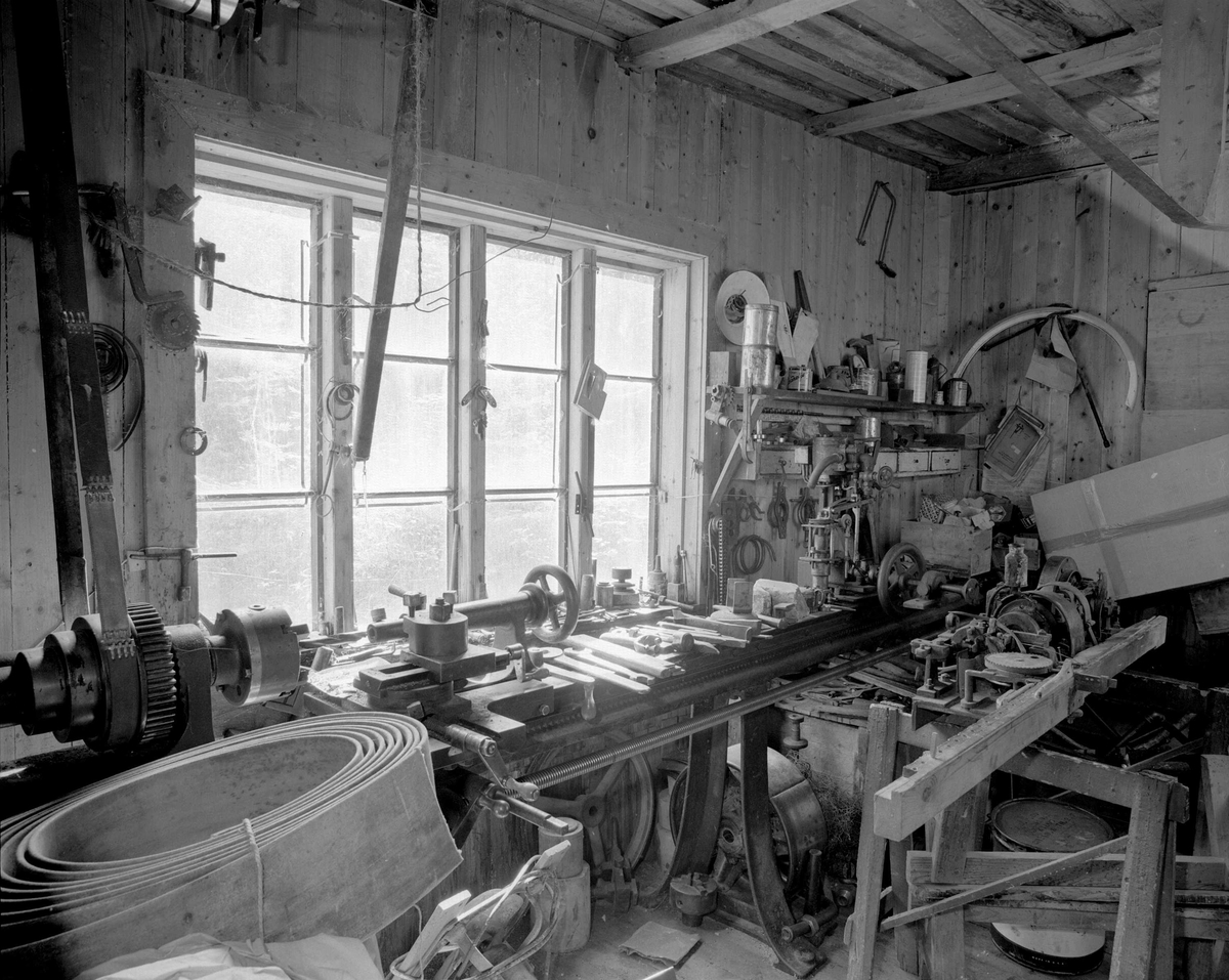 Svartdahl Bruk Maskiner 102A-1 og 102A-2. 102A-1 ved vinduet, metalldreibenk trolig innkjøpt før 1911. Stod før 1941 i 2. etg. Lite brukt etter at A. Herman døde i 1968. Maskinen har reimdrift, og står med ubeskyttet maskineri. 102A-2 Brukets første pinnemaskin fra 1918. (Midt i bildet) For øvrig et rikt utvalg av håndverktøy og maskindeler spred omkring.