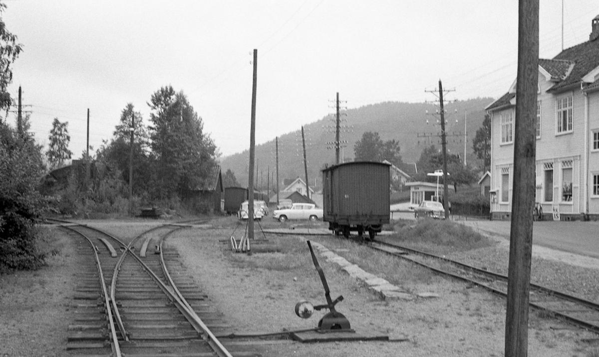 Ved Hægeland stasjon. Grunnmuren ved vognen er rester av lokstallen, bak denne sees svingskiven. Sporet t.v. er hovedspor sørover, spor midt i er «Mandalsporet».