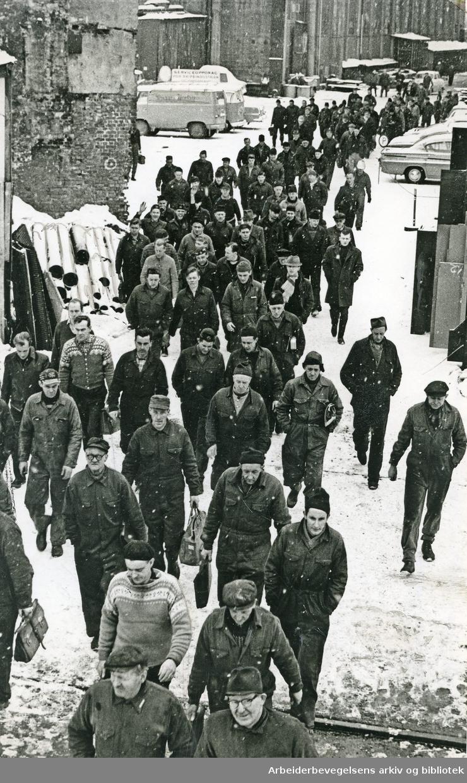 Arbeidere ved Akers Mekaniske Verksted (Nyland Vest) på vei til garderobene,.februar 1963