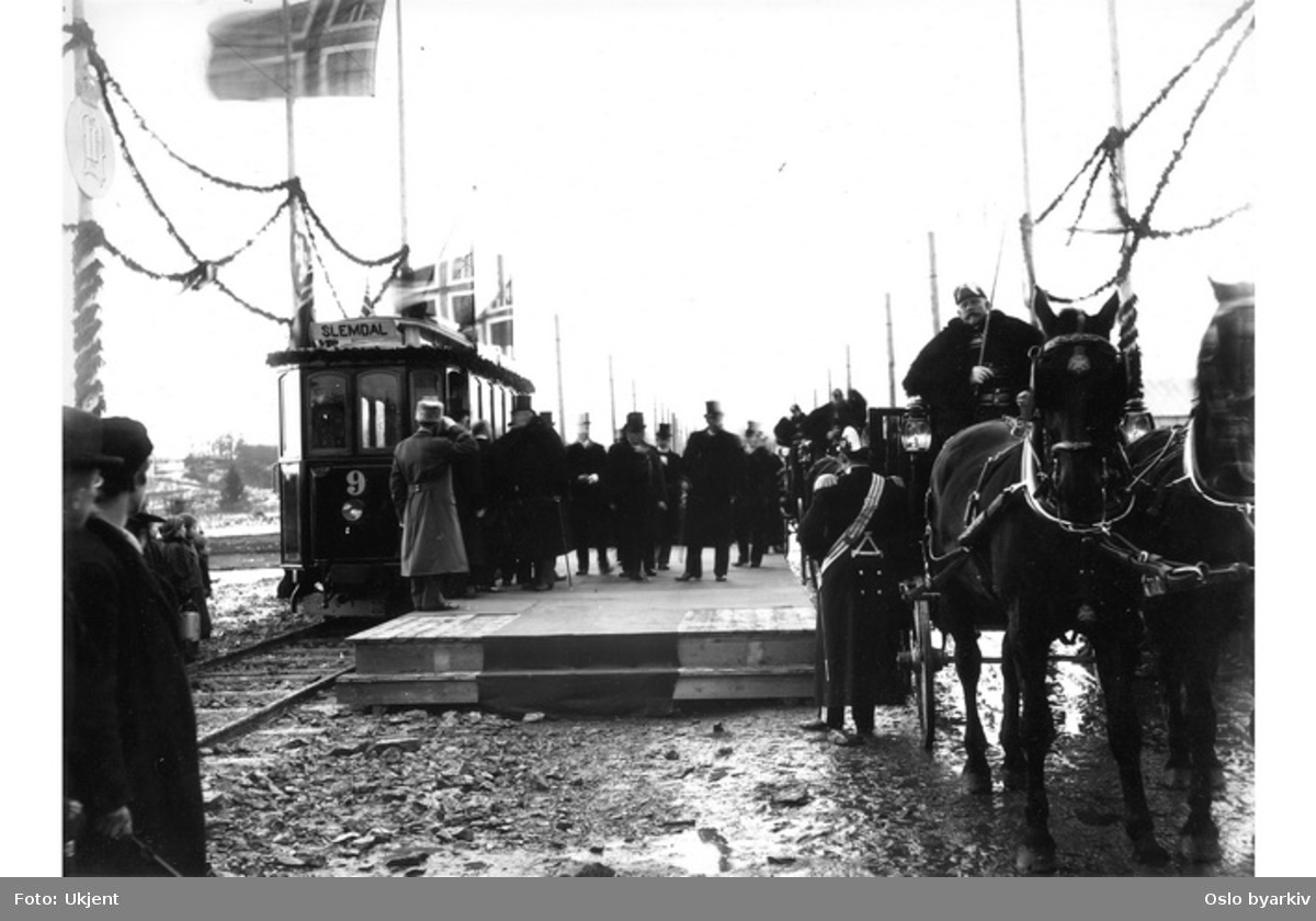 Holmenkollbanens vogn nr 9 er klar til avgang på Majorstuen stasjon. Kong Oscar ankommer for å prøvekjøre Holmenkollbanen, februar 1898
