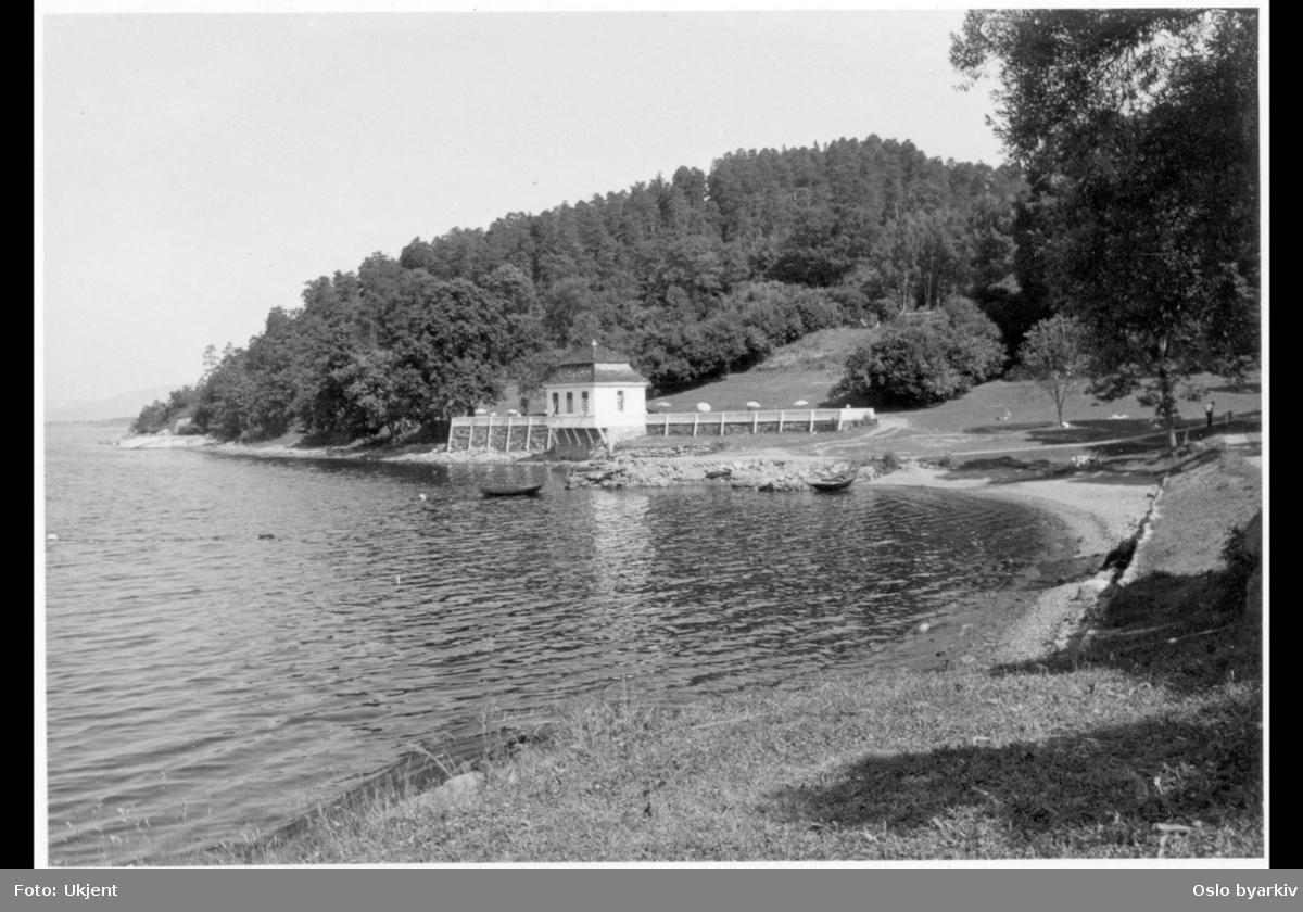 Det tidligere lysthuset (rokokkopaviljongen) til Stubljan gods, sett fra badestranden. Nå kiosk og kafé (uteservering) for Hvervenbuktas badegjester.
