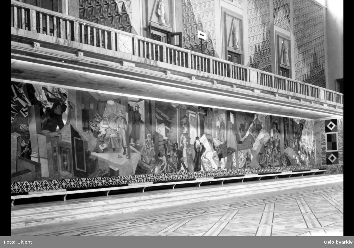 Oslo Rådhus (Rådhuset). Østveggen i Rådhushallen (Sentralhallen). Okkupasjonsfrisen, malt av Alf Rolfsen. Balkong-gang.