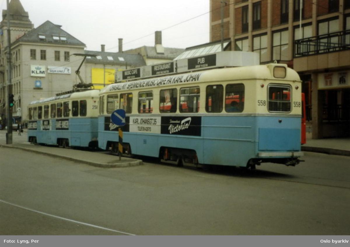 Oslo Sporveier. Høkatrikk 251-558, ved Jernbanetorget, passerer forbi Hotell Viking (nåværende hotel Royal Christiania).