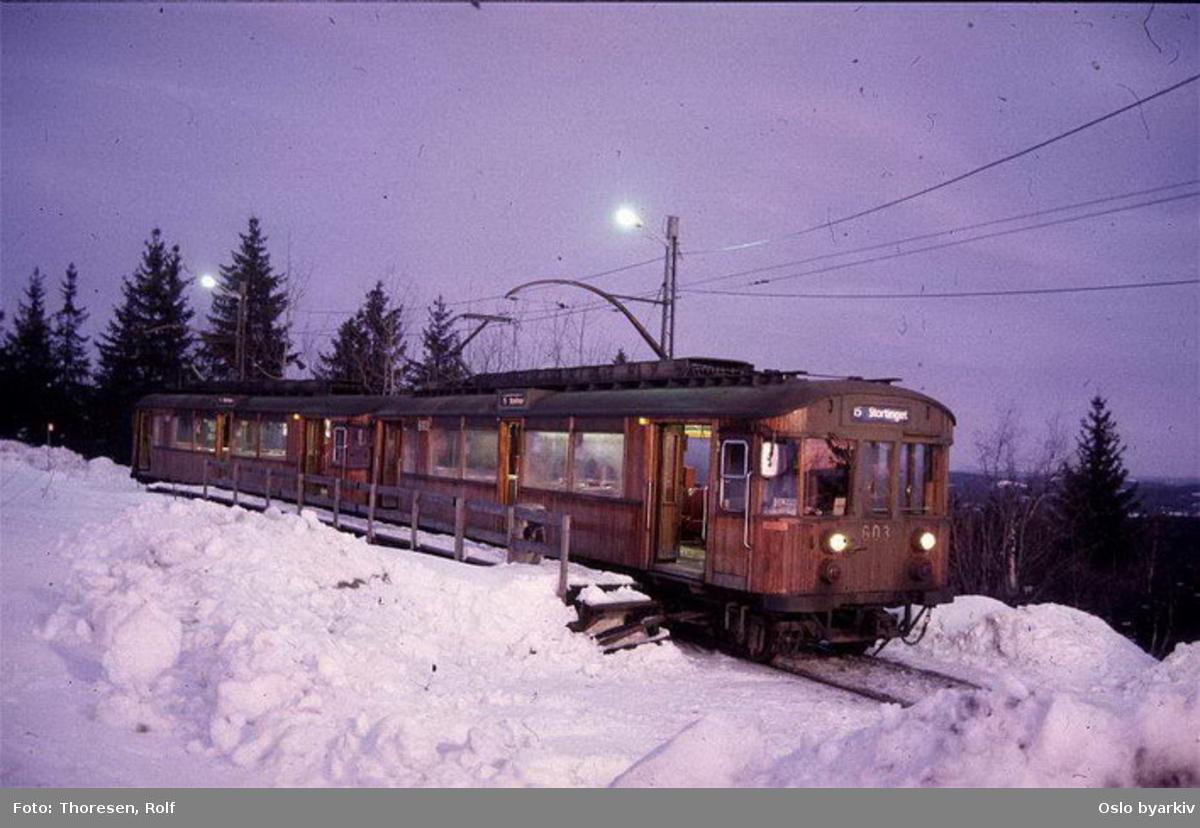 Holmenkollbanen, 603 og en til i tog, butten, mørket, vinter