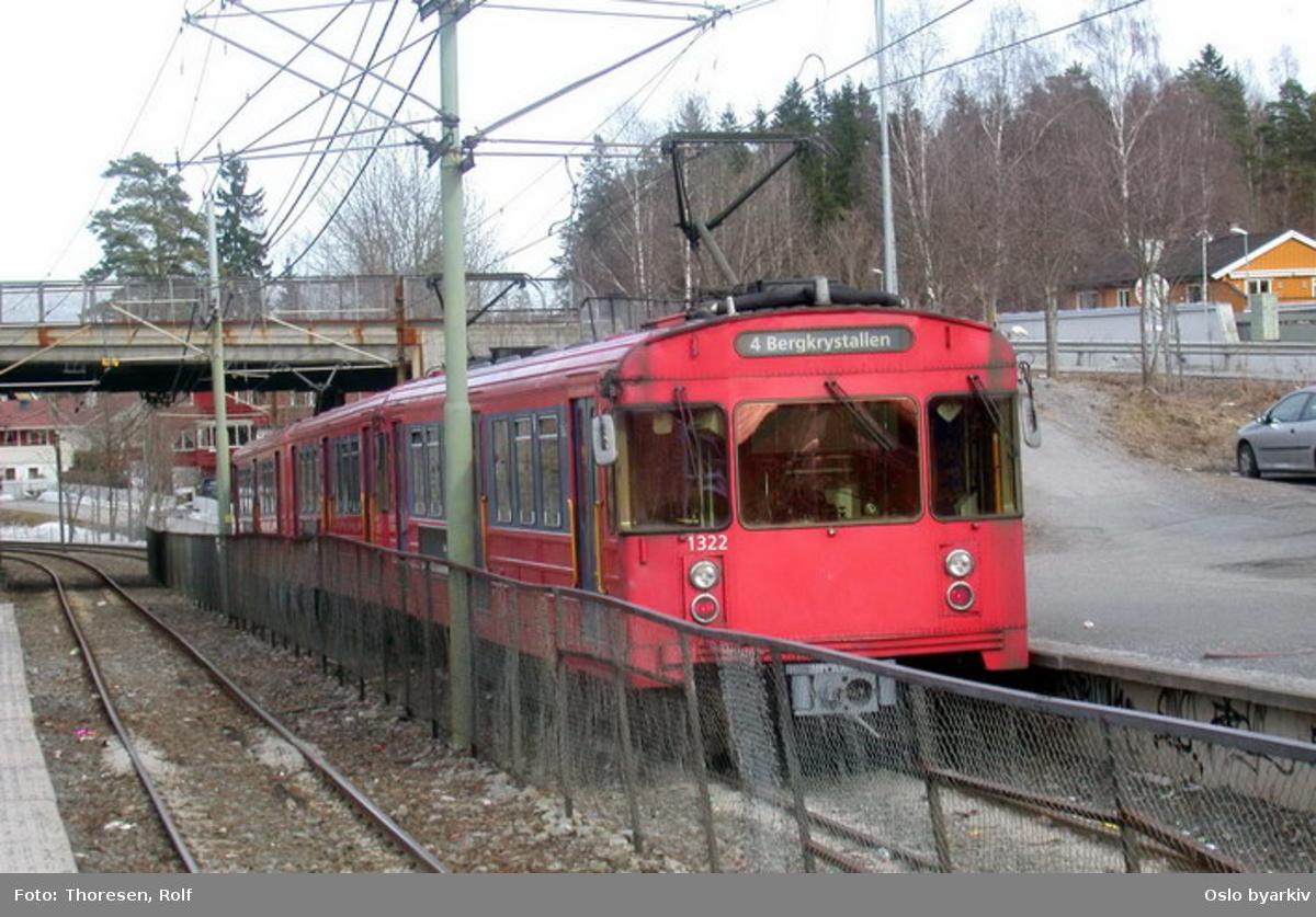 Oslo Sporveier. Kolsåsbanen. T-banevogn, serie T6, vogn 1322 i tog på linje 4 til Bergkrystallen, her ut fra Valler stasjon under Vallerveien.