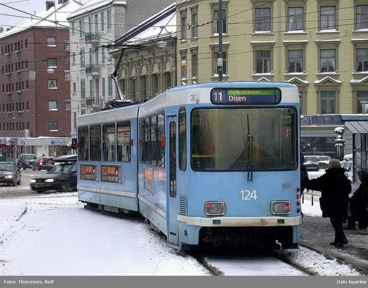 Oslo Sporveier. Trikk motorvogn 124 type SL79 linje 11 på vei ut fra endeholdeplassen i Kirkeveien mot Bogstadveien.
