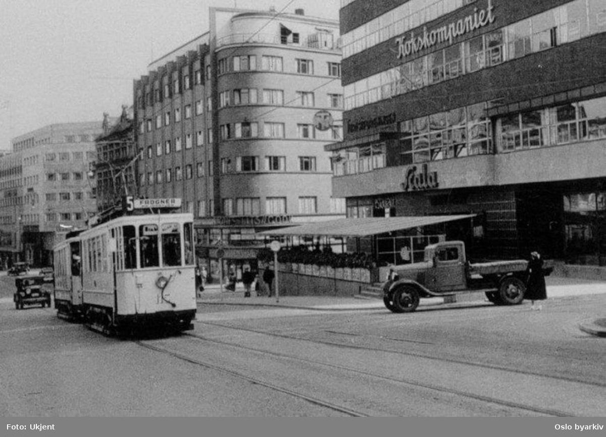 Oslo Sporveier. Trikk motorvogn 115 type SS lang linje 5, Østbanen-Majorstuen over Frogner. Her øverst i Stortingsgata ved Hotel Continental og Odd Fellow-gården. Trafikkmiljø, lastebil.