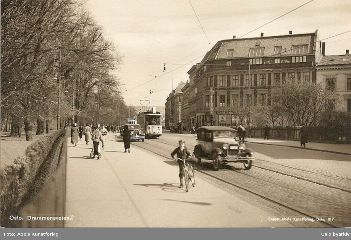 Oslo Sporveier. Trikk tilhenger type SS nr. 484 linje 2, Majorstuen-Østbanen, her langs Slottsparken. Spaserende, gutt på sykkel, trafikk. Postkort nr 157.